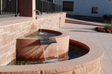 Brunnen Dorfplatz Aura